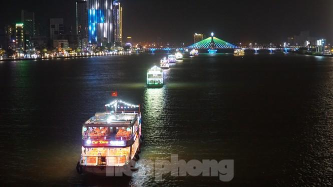 Thuyền hoa diễu hành lung linh sông Hàn dịp năm mới 2021 - ảnh 8