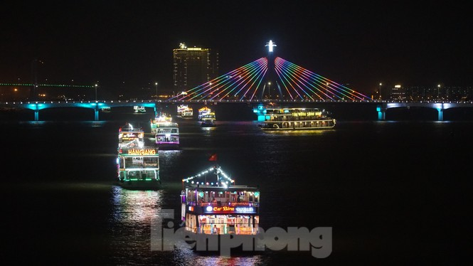 Thuyền hoa diễu hành lung linh sông Hàn dịp năm mới 2021 - ảnh 7