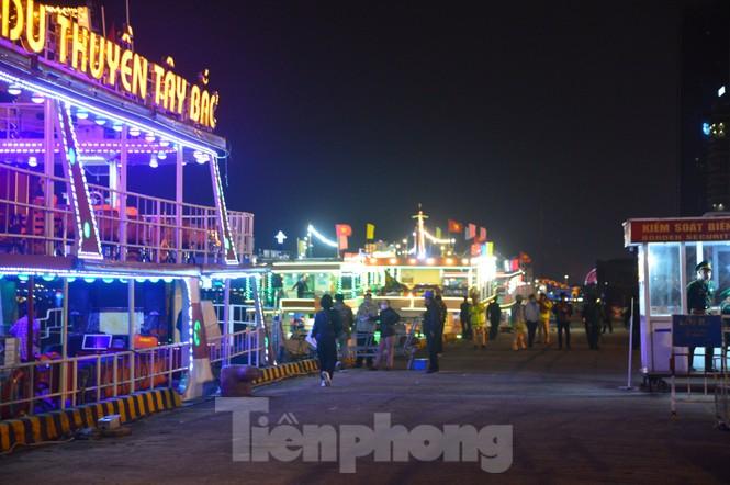 Thuyền hoa diễu hành lung linh sông Hàn dịp năm mới 2021 - ảnh 1