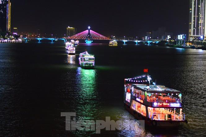 Thuyền hoa diễu hành lung linh sông Hàn dịp năm mới 2021 - ảnh 3