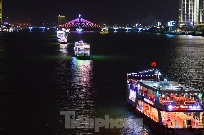 Thuyền hoa diễu hành lung linh sông Hàn dịp năm mới 2021 - ảnh 5