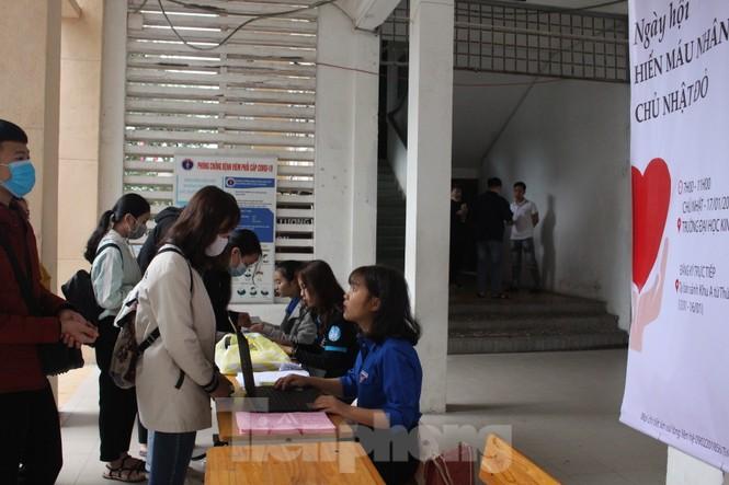 Hàng trăm bạn trẻ xếp hàng từ sáng sớm để hiến máu tại Chủ nhật Đỏ - ảnh 8