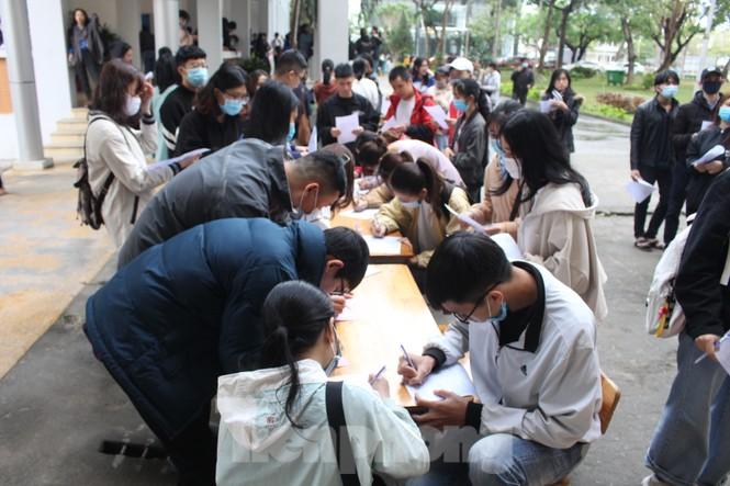 Hàng trăm bạn trẻ xếp hàng từ sáng sớm để hiến máu tại Chủ nhật Đỏ - ảnh 2