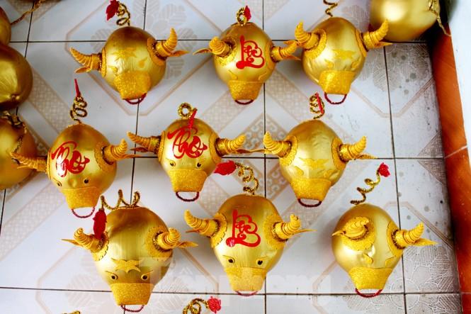 Làm trâu vàng từ quả dừa, gây quỹ hỗ trợ người khó khăn - ảnh 4
