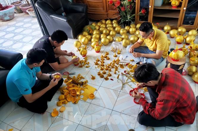 Làm trâu vàng từ quả dừa, gây quỹ hỗ trợ người khó khăn - ảnh 1
