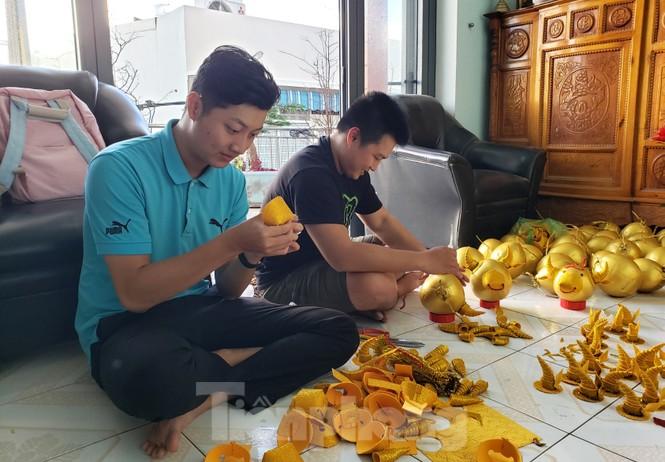 Làm trâu vàng từ quả dừa, gây quỹ hỗ trợ người khó khăn - ảnh 2