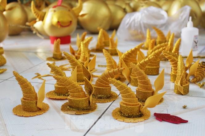 Làm trâu vàng từ quả dừa, gây quỹ hỗ trợ người khó khăn - ảnh 3