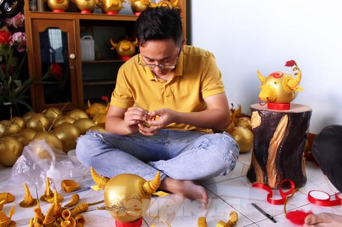Làm trâu vàng từ quả dừa, gây quỹ hỗ trợ người khó khăn - ảnh 6