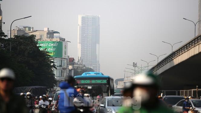 Hà Nội lại chìm trong ô nhiễm, khuyến cáo người dân hạn chế ra đường - ảnh 2