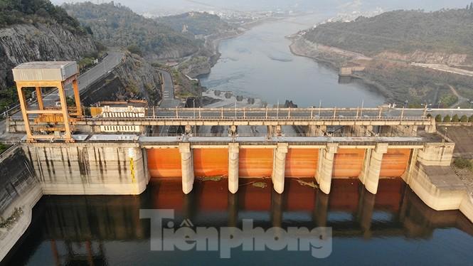 Hồ chứa cạn nhất 30 năm qua, Thủy điện Hòa Bình thấp thỏm chờ nước - ảnh 1