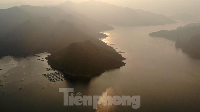Hồ chứa cạn nhất 30 năm qua, Thủy điện Hòa Bình thấp thỏm chờ nước - ảnh 2
