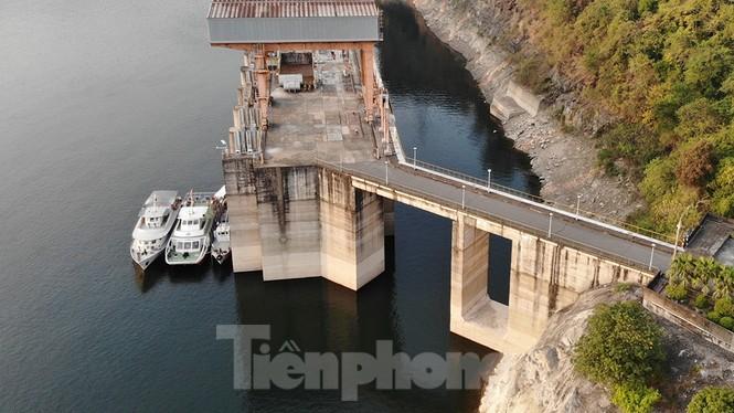 Hồ chứa cạn nhất 30 năm qua, Thủy điện Hòa Bình thấp thỏm chờ nước - ảnh 4