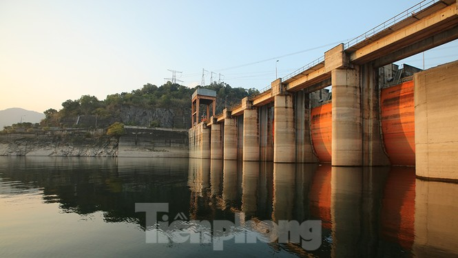 Hồ chứa cạn nhất 30 năm qua, Thủy điện Hòa Bình thấp thỏm chờ nước - ảnh 3