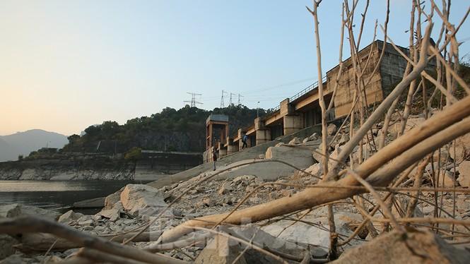 Hồ chứa cạn nhất 30 năm qua, Thủy điện Hòa Bình thấp thỏm chờ nước - ảnh 5