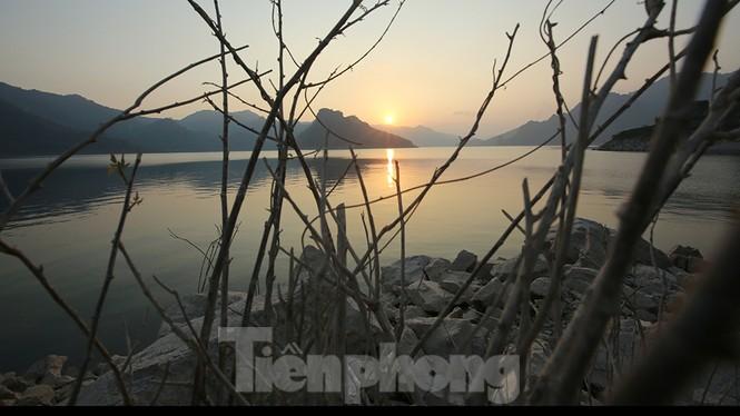 Hồ chứa cạn nhất 30 năm qua, Thủy điện Hòa Bình thấp thỏm chờ nước - ảnh 6