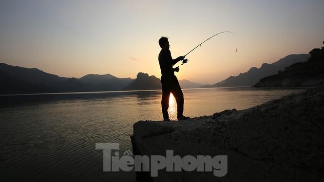 Hồ chứa cạn nhất 30 năm qua, Thủy điện Hòa Bình thấp thỏm chờ nước - ảnh 7