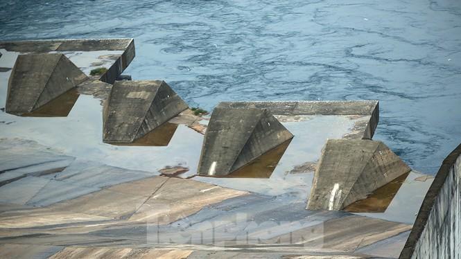 Hồ chứa cạn nhất 30 năm qua, Thủy điện Hòa Bình thấp thỏm chờ nước - ảnh 8