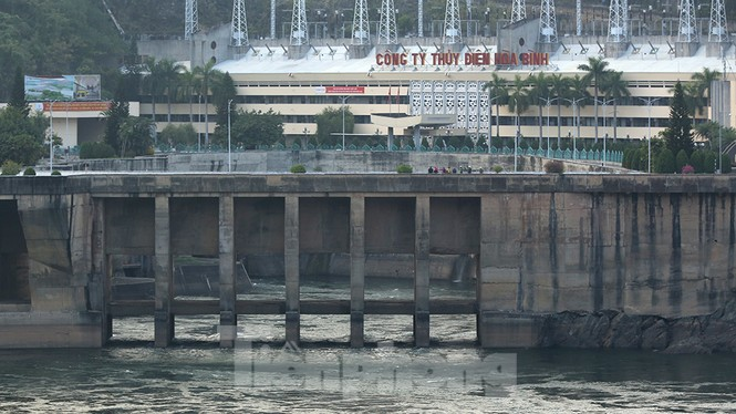 Hồ chứa cạn nhất 30 năm qua, Thủy điện Hòa Bình thấp thỏm chờ nước - ảnh 9