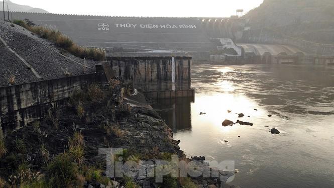 Hồ chứa cạn nhất 30 năm qua, Thủy điện Hòa Bình thấp thỏm chờ nước - ảnh 10