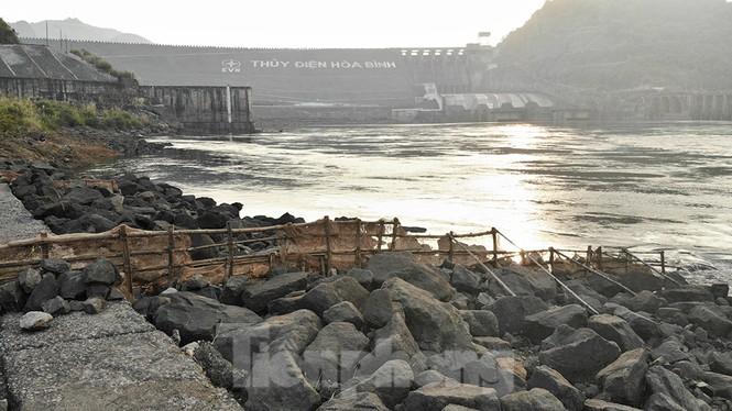 Hồ chứa cạn nhất 30 năm qua, Thủy điện Hòa Bình thấp thỏm chờ nước - ảnh 11