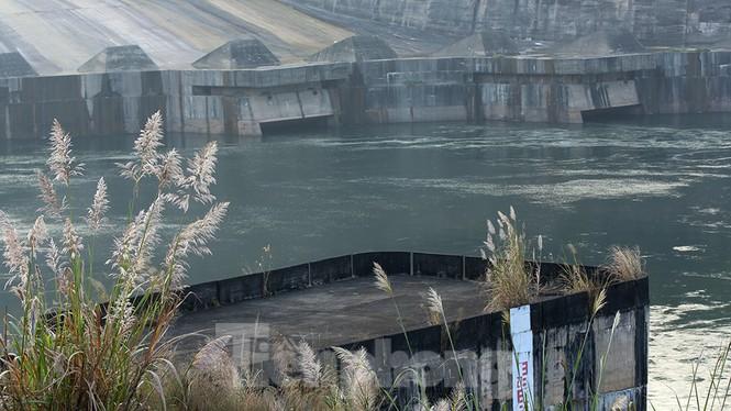 Hồ chứa cạn nhất 30 năm qua, Thủy điện Hòa Bình thấp thỏm chờ nước - ảnh 12