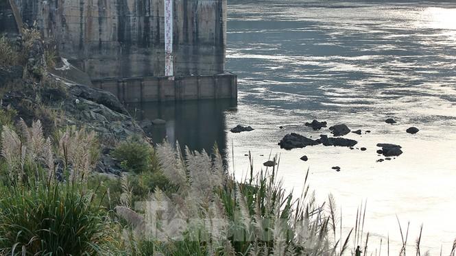 Hồ chứa cạn nhất 30 năm qua, Thủy điện Hòa Bình thấp thỏm chờ nước - ảnh 14