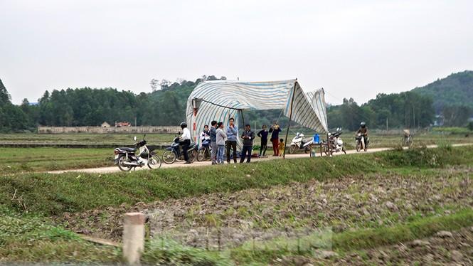 Người dân dựng bạt cắm chốt ngăn xe vào bãi rác Nam Sơn - ảnh 1