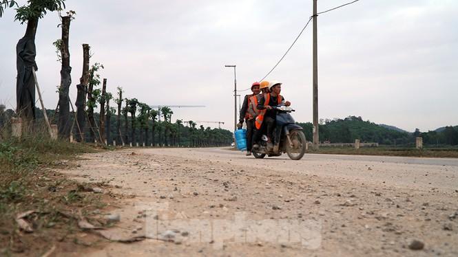 Người dân dựng bạt cắm chốt ngăn xe vào bãi rác Nam Sơn - ảnh 3