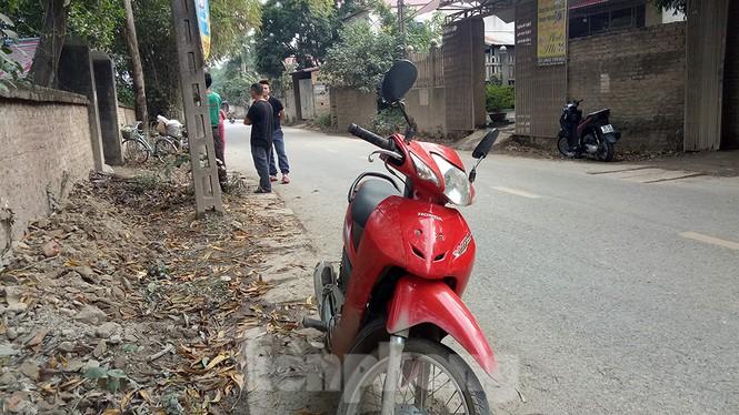 Người dân dựng bạt cắm chốt ngăn xe vào bãi rác Nam Sơn - ảnh 7