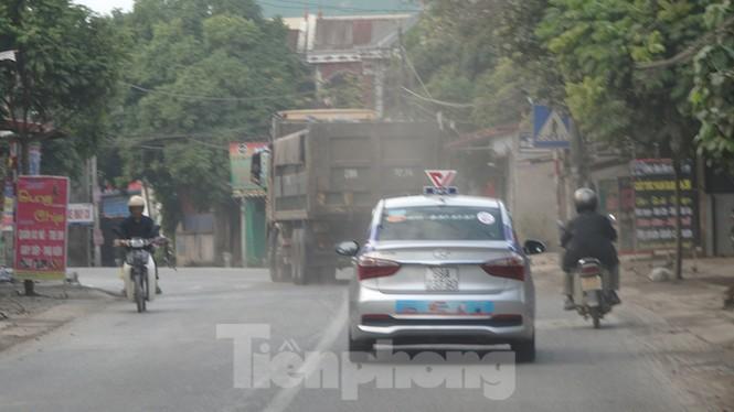 Người dân dựng bạt cắm chốt ngăn xe vào bãi rác Nam Sơn - ảnh 8