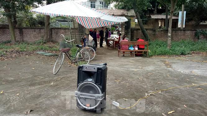 Người dân dựng bạt cắm chốt ngăn xe vào bãi rác Nam Sơn - ảnh 10