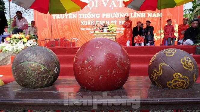 Mãn nhãn với trai làng tranh cướp nhau quả cầu nặng gần 20kg ở Hà Nội - ảnh 2