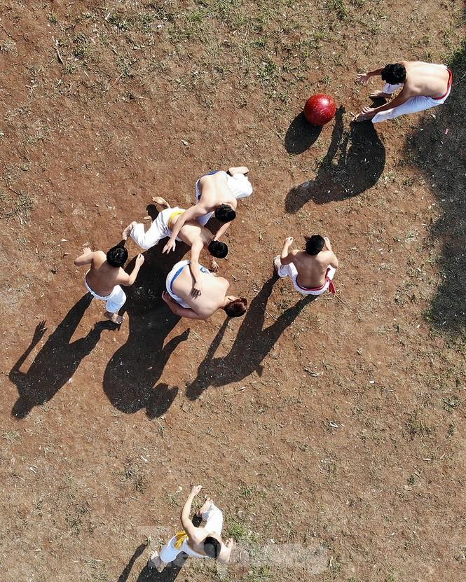 Mãn nhãn với trai làng tranh cướp nhau quả cầu nặng gần 20kg ở Hà Nội - ảnh 3