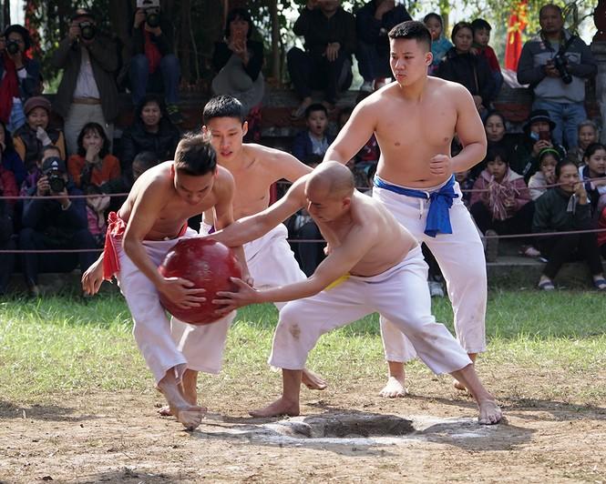Mãn nhãn với trai làng tranh cướp nhau quả cầu nặng gần 20kg ở Hà Nội - ảnh 4