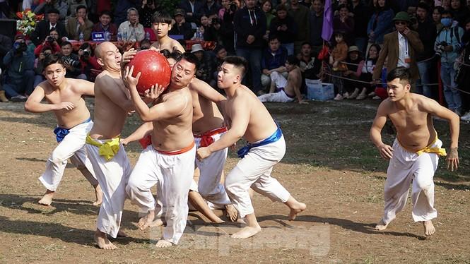 Mãn nhãn với trai làng tranh cướp nhau quả cầu nặng gần 20kg ở Hà Nội - ảnh 5