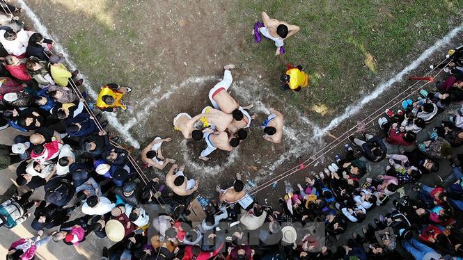 Mãn nhãn với trai làng tranh cướp nhau quả cầu nặng gần 20kg ở Hà Nội - ảnh 6