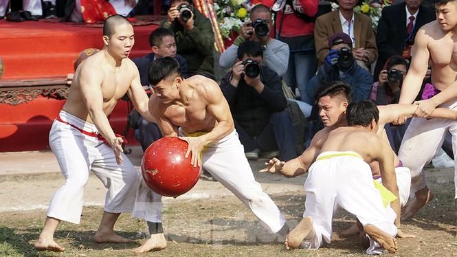 Mãn nhãn với trai làng tranh cướp nhau quả cầu nặng gần 20kg ở Hà Nội - ảnh 7