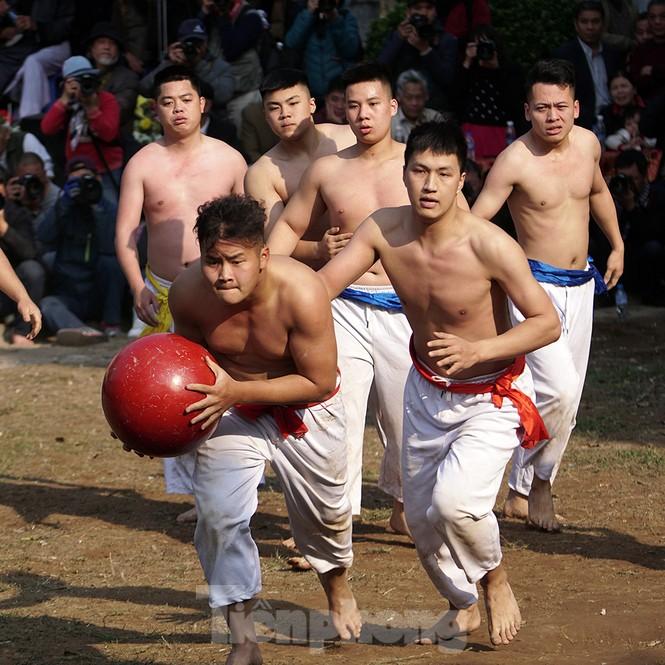Mãn nhãn với trai làng tranh cướp nhau quả cầu nặng gần 20kg ở Hà Nội - ảnh 8