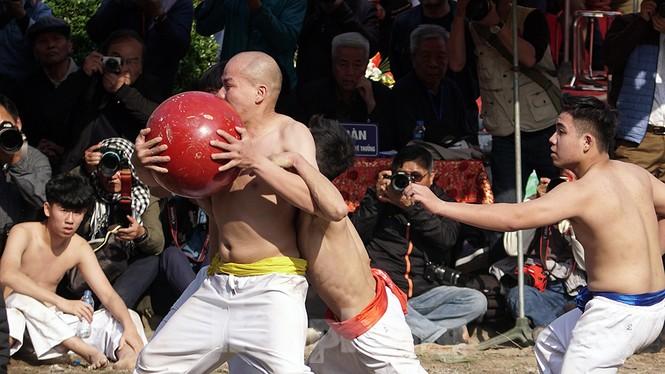 Mãn nhãn với trai làng tranh cướp nhau quả cầu nặng gần 20kg ở Hà Nội - ảnh 9