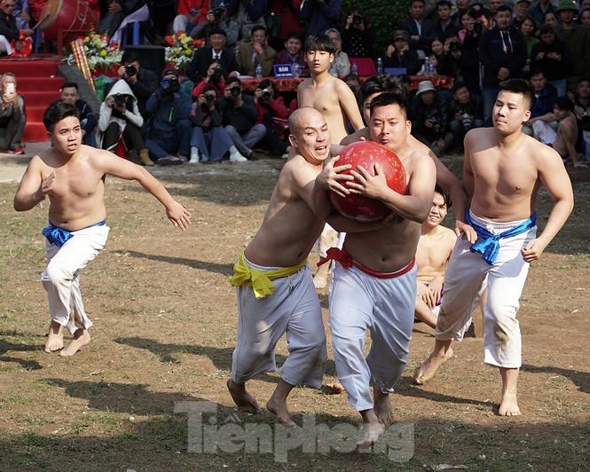 Mãn nhãn với trai làng tranh cướp nhau quả cầu nặng gần 20kg ở Hà Nội - ảnh 11