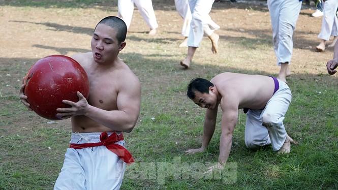 Mãn nhãn với trai làng tranh cướp nhau quả cầu nặng gần 20kg ở Hà Nội - ảnh 12