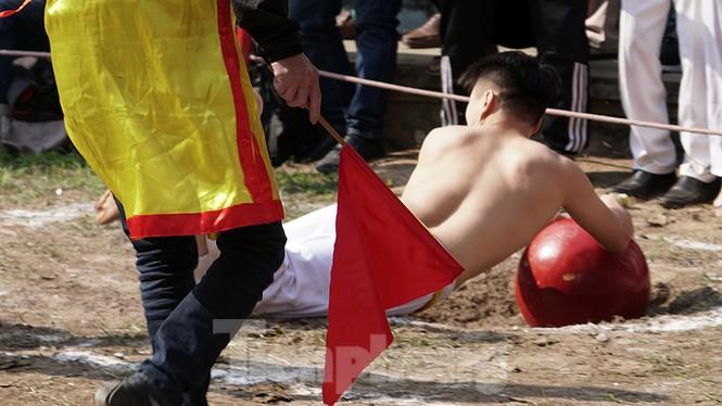 Mãn nhãn với trai làng tranh cướp nhau quả cầu nặng gần 20kg ở Hà Nội - ảnh 13
