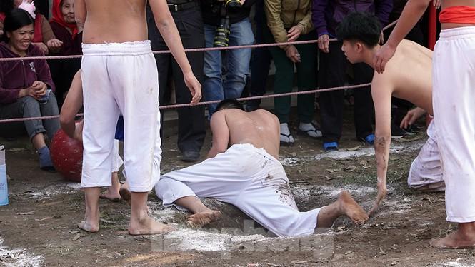 Mãn nhãn với trai làng tranh cướp nhau quả cầu nặng gần 20kg ở Hà Nội - ảnh 14