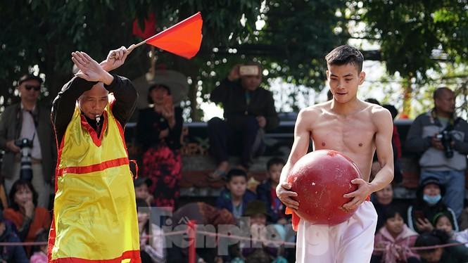 Mãn nhãn với trai làng tranh cướp nhau quả cầu nặng gần 20kg ở Hà Nội - ảnh 15