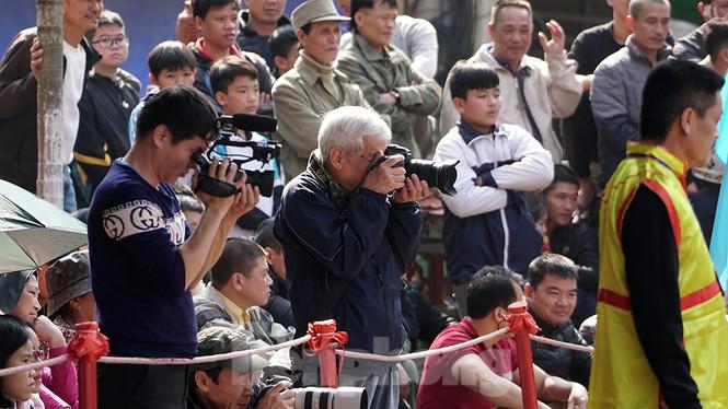 Mãn nhãn với trai làng tranh cướp nhau quả cầu nặng gần 20kg ở Hà Nội - ảnh 18