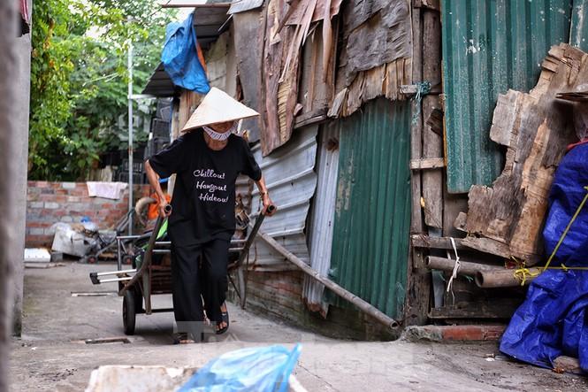 Nắng nóng đeo bám người dân xóm ngụ cư Hà Nội - ảnh 2