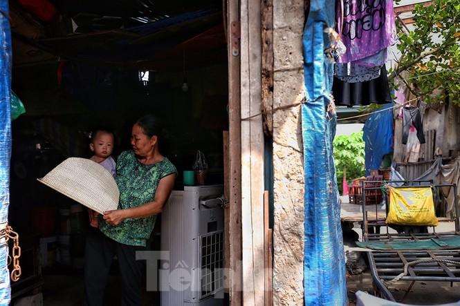 Nắng nóng đeo bám người dân xóm ngụ cư Hà Nội - ảnh 3