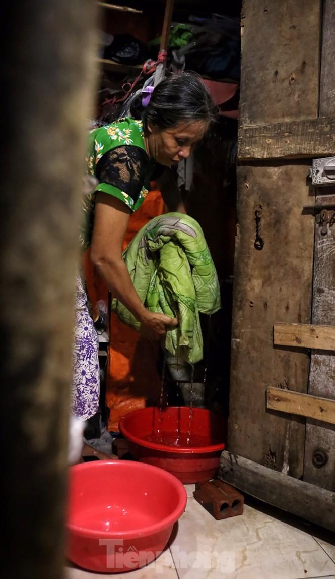 Nắng nóng đeo bám người dân xóm ngụ cư Hà Nội - ảnh 6