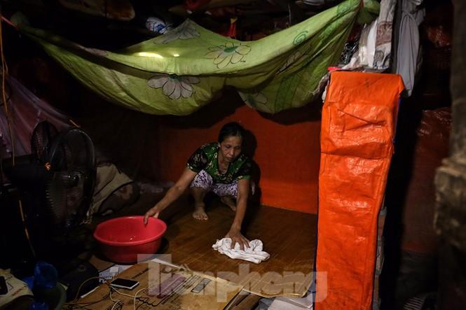 Nắng nóng đeo bám người dân xóm ngụ cư Hà Nội - ảnh 8