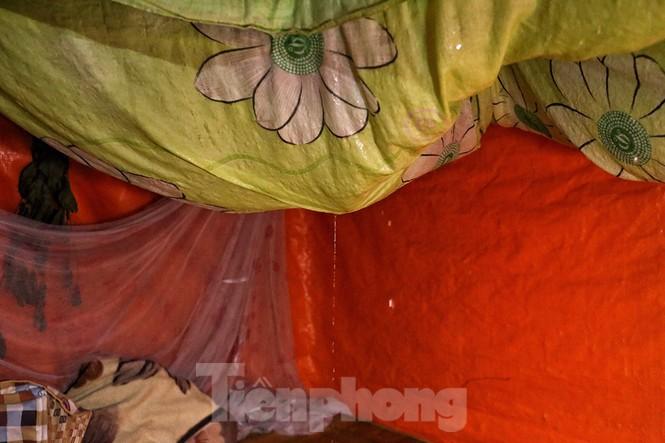 Nắng nóng đeo bám người dân xóm ngụ cư Hà Nội - ảnh 9